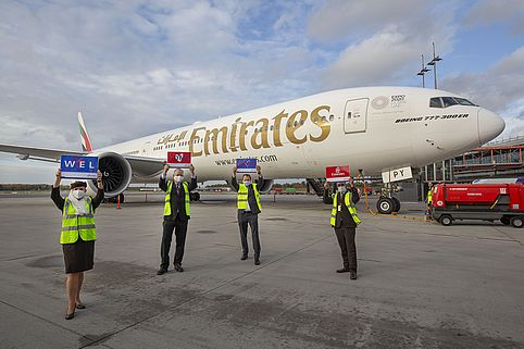Hamburg Airport begrüßt Emirates zurück. Die Fluggesellschaft bedient seit Sonntag Hamburg mit Jets des Typs Boeing 777-300ER von Hamburg aus. Von links nach rechts: Claudia Picciotto (Emirates Airport Services Officer Hamburg); Georg Broemmer (Emirates Airport Services Manager Hamburg); Dirk Behrens (Director Aviation Hamburg Airport) und Yousuf Luciano Khan (Emirates Airport Services Officer Hamburg).