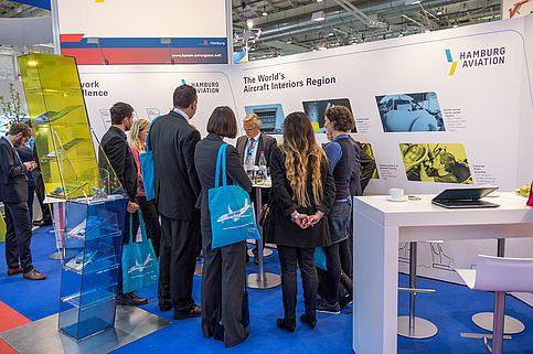 Besucher am Messestand von Hamburg Aviation